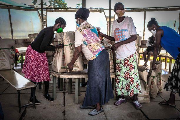 Ihmisiä hakemassa ruoka-apua Nairobissa Keniassa huhtikuussa. Kuvituskuva.