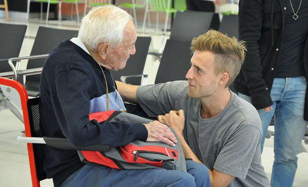 104-vuotias biologi David Goodall matkusti Australiasta Sveitsiin kuolemaan. Lapsenlapsi hyvästeli isoisänsä lentokentällä Perthissä.