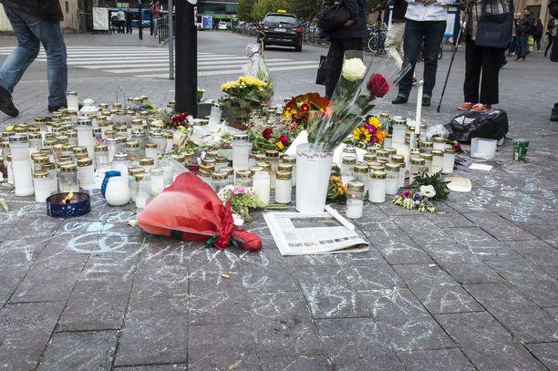 Helsingin rautatieasemalle tuotiin vuonna 2016 muistokynttilöitä Suomen vastarintaliikkeen mielenilmauksen yhteydessä pahoinpidellyn ja sittemmin kuolleen 28-vuotiaan miehen muistoksi.