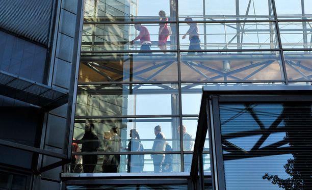 Työntekijät kokoontuivat Nokian tiedotustilaisuuteen yhtiön pääkonttorilla kesäkuussa.