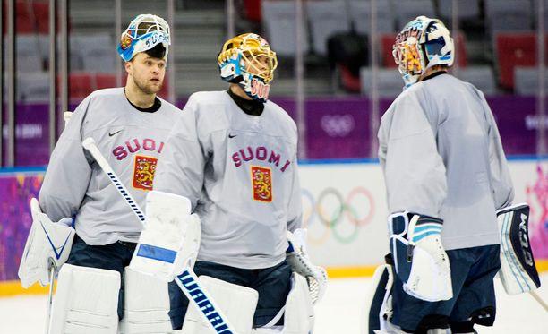 Antti Niemi (vasemmalla) muodosti Kari Lehtosen (oikealla) ja Tuukka Raskin kanssa Suomen maalivahtikolmikon Sotshin olympialaisissa.
