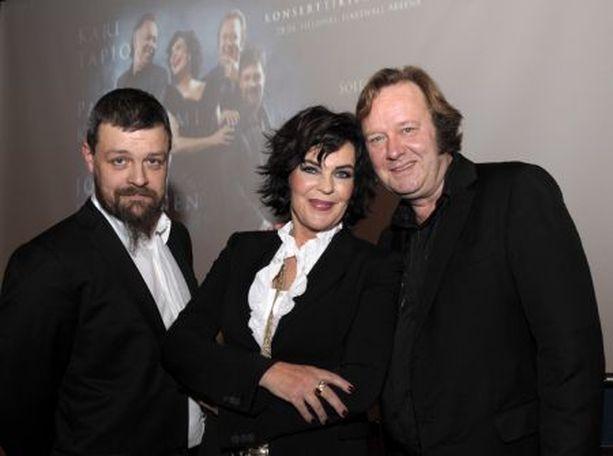 AINOA NAINEN – Alkoi itkettää, tunnusti Paula Koivuniemi, trion ainoa nainen, kun Vihdoinkin! -video nosti muistot pintaan.