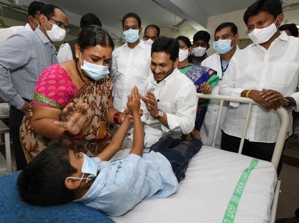 Andhra Pradeshin osavaltion pääministeri Jagan Reddy (kesk) tapasi potilaita Elurun kaupungissa.