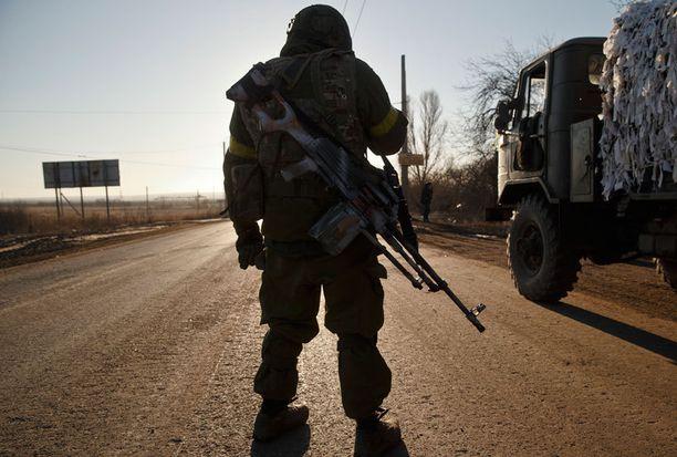 Ukrainalaissotilas tiellä Artemivskin ulkopuolella keskiviikkona, joukkojen vetäydyttyä Debaltsevesta.