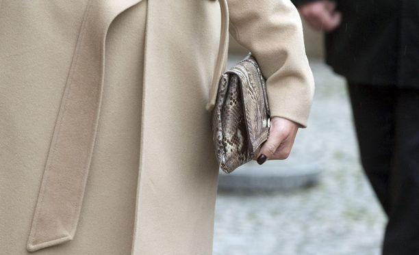 Kaksi nuorehkoa miestä kävi kiinni 53-vuotiaaseen naiseen ja tämän käsilaukkuun Kemissä sunnuntaina. Kuvituskuva.
