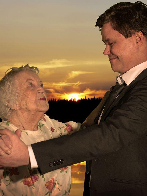 Eila rakasti nuorena tanssimista. Kuvassa hän tanssii kesäillassa Kajaanin kaupunginteatterin näyttelijän kanssa.