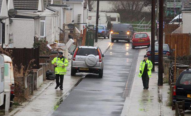 Poliisit kiertelivät torstaina Jaywickissa ovelta ovelle kertomassa ihmisille, että näiden täytyy poistua kodeistaan.