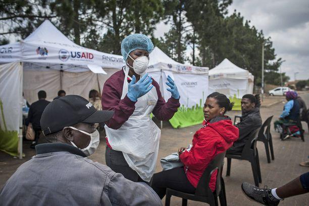 Johannesburgilaiset jonottivat alkuviikosta koronavirustestiin.