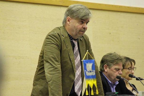 Kunnanjohtaja Tuomo Lehtiniemi joutui puolustautumaan valtuuston syytöksiltä.
