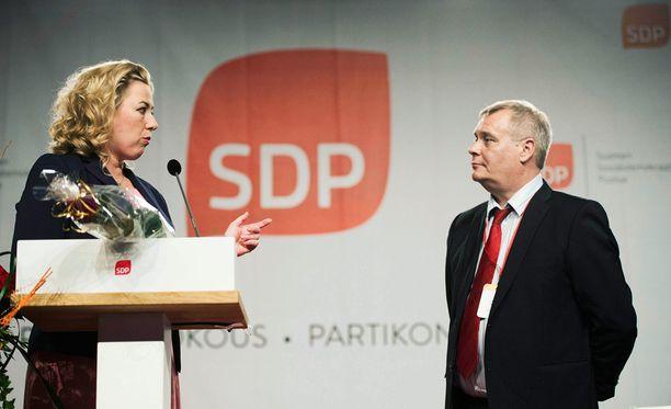 Jutta Urpilainen antaa neuvoja seuraajalleen Antti Rinteelle.