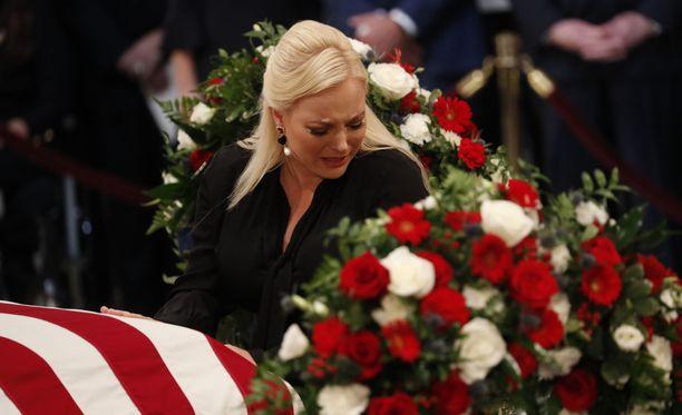 Meghan McCain herkistyi isänsä muistotilaisuudessa.