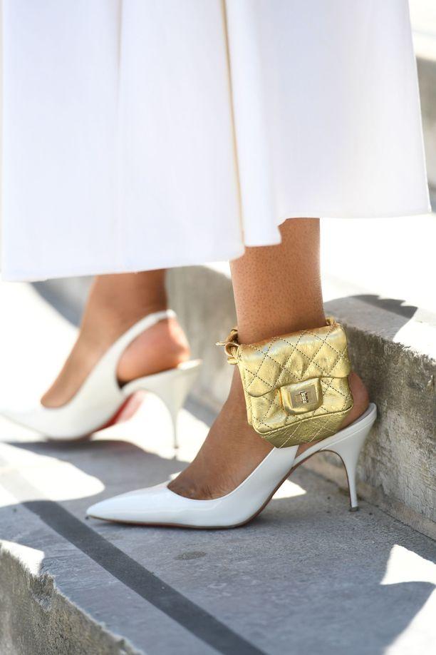 Shiona Turinin tyyli on kokonaisuudessaan upea: Chanelin nilkkalaukun lisäksi hänellä on jalassaan Christian Louboutin -merkkiset, punapohjaiset slingback-avokkaat