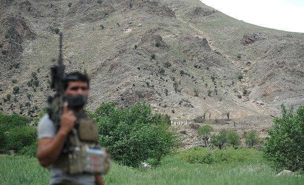 """Afganistanin armeijan sotilas esittelee paikkaa, johon """"kaikkien pommien äiti"""" putosi. Tuhot ovat yllättävän pieniä."""