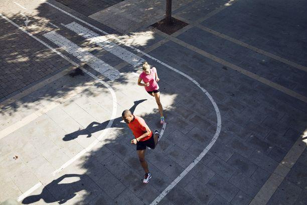 Asfaltilla juostessa kenkien riittävä vaimennus suojelee jalkoja vammoilta.
