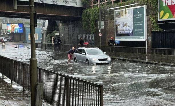 Tulvat ovat aiheuttaneet ongelmia Lontoossa. Iltalehden lukija otti tämän kuvan Battersean kaupunginosassa, jossa katu lainehti vedestä.