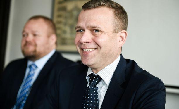 HS kertoo, että hallitusta kannattelee nyt pitkälti kokoomus. Sen osuus kolmen hallituspuolueen kokonaiskannatuksesta on liki puolet. Kuvassa kokoomuksen puheenjohtaja Petteri Orpo.