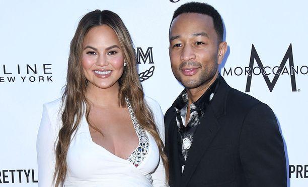 Chrissy Teigen ja John Legend ovat olleet naimisissa vuodesta 2013. Teigen nähdään myös John Legendin All of Me -musiikkivideolla. Legend teki kappaleen Teigenille.
