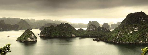 Luonnonkaunis Halonginlahti on Pohjois-Vietnamin suosituin matkailukohde. Se on myös Unescon maailmanperintökohde.