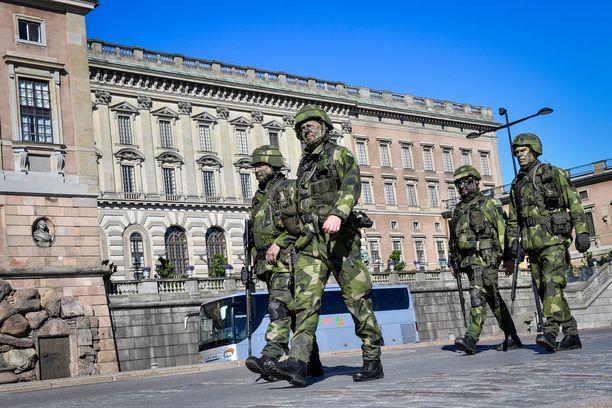 Reserviläiset marssimassa Tukholmassa kuninkaanlinnan lähellä.