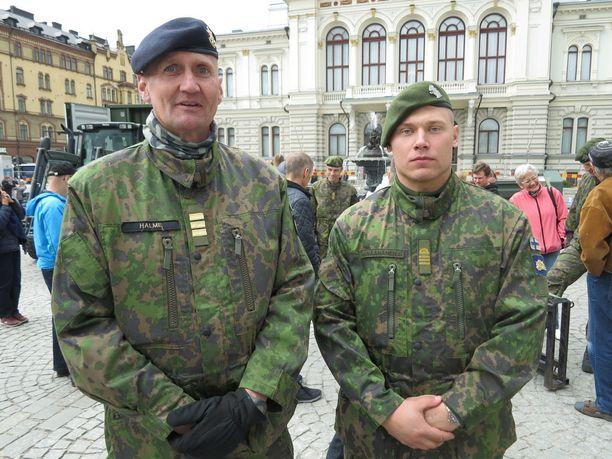 Maanpuolustus 100-tapahtuman puuhamies komentajakapteeni Jyrki Halme ja kadetti Arttu Väänänen.