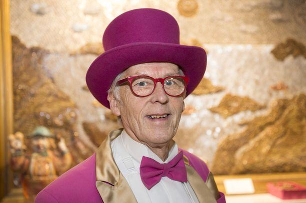 Lempäälän Ideaparkin pormestarina Eero Lehtinen pukeutui pinkkiin frakkiin vuodet 2006–2011.