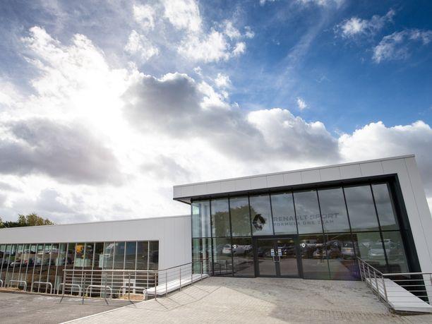 Renault'n tehdas Enstonessa aloitti toimintansa vuonna 1992 Benettonin päämajana. Vuosien saatossa näistä ovista ovat kulkeneet Michael Schumacherin, Fernando Alonson ja Kimi Räikkösen kaltaiset maailmanmestarit.