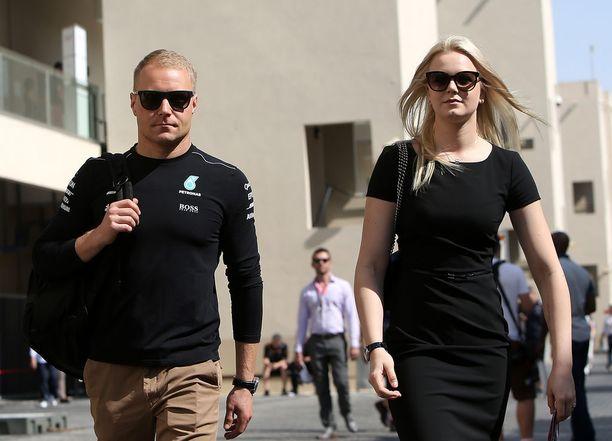 Valtteri ja Emilia Bottas näyttivät vetävän yhtenäistä linjaa mustissa aurinkolaseissaan ja mustissa asuissaan.