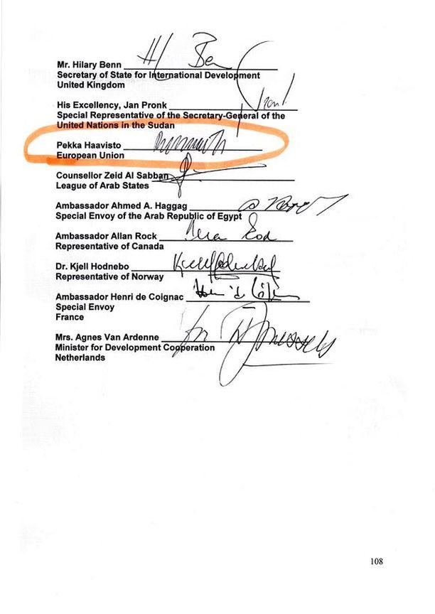 ARVOTON PAPERI? Haavisto allekirjoitti Darfurin rauhansopimuksen EU:n puolesta toukokuussa 2006. Sopimusta on moitittu flopiksi, sillä vain yksi kapinallisjohtaja laittoi nimensä paperiin.