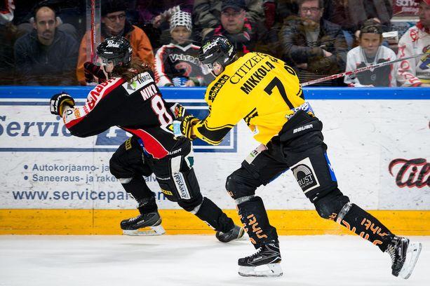 JYPin Sami Niku ja KalPan Niko Mikkola näyttävät, mitä vauhtia Järvi-Suomen derbyssä painellaan.