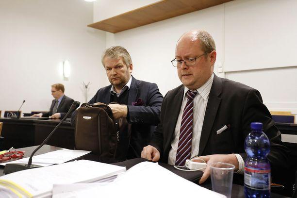 Hampurilaisravintolaketju Snackyn entinen toimitusjohtaja Jukka Nieminen (vasemmalla) tuomittiin 5,5 vuodeksi vankeuteen talousrikoksista.