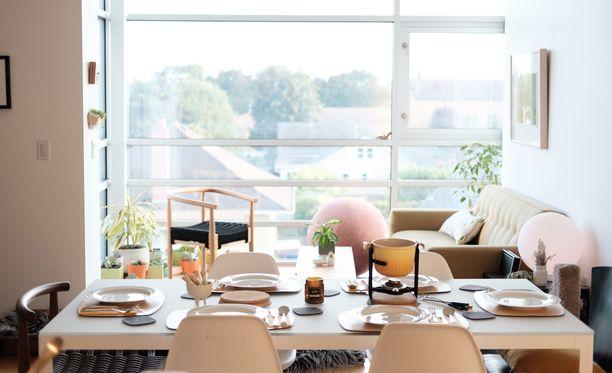 Näin isoa ruokapöytää ei pieneen kotiin kannata mahduttaa. Sen sijaan luonnonvalo on tässä tilassa ihanteellinen.