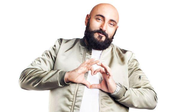 Ali Jahangiri toimii studiossa rakkauden lähettiläänä.