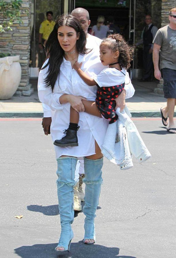 Kim Kardashian rakastaa korkeita saappaita kesät talvet.