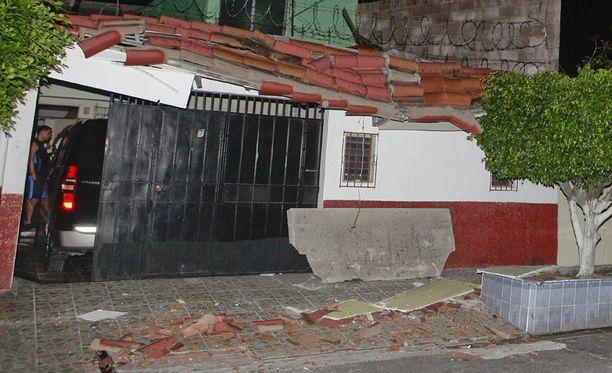 Voimakas maanjäristys romahdutti taloja ja aiheutti tsunamivaroituksen El Salvadoriin.
