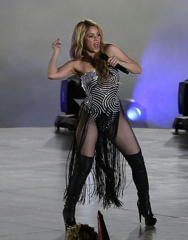 Shakira kuvasi mobiiliyhtiön mainosta haastavan korkeissa koroissa.