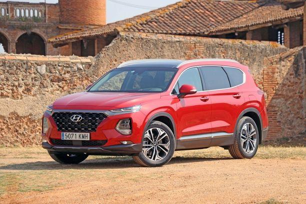 Uuden Santa Fen keulan ilmeessä on samoja piirteitä kuin pienessä Hyundai Konassa.