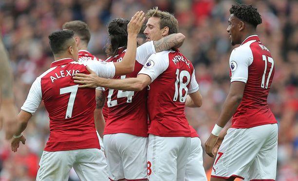 Alexis Sanchez ja kumppanit juhlivat 2-0-voittoa Brightonista.