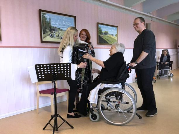 Annikki Luokkala kiitti konsertin solistia Heli Siekkistä ruusulla.