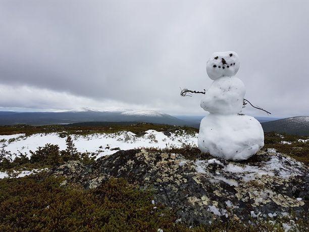 Pohjoisessa päästään pienen tauon jälkeen rakentamaan lumiukkoja. Tämän komeuden kuvasi Valtteri Hyöky heinäkuussa Pallas-Yllästunturin kansallispuistossa, kun Sammaltunturin laelle satoi lunta.