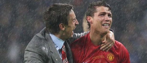 Sateinen Moskovan yö päättyi Ronaldon ilon kyyneliin. Vieressä ManU-legenda Gary Neville.