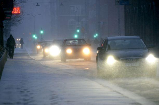 Lännestä saapuva lumimyräkkä katkaisee Suomen Pohjois-Pohjanmaan kohdilta tiistaina.