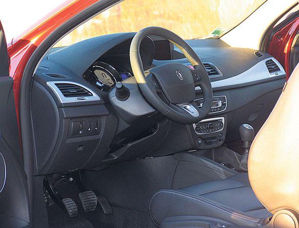 OHJAAMO Coupessa istutaan hatchbackin tapaan loistavasti muotoilluissa jakkaroissa.