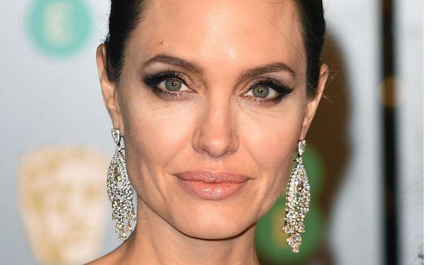 Angelina Jolie on toiminut YK:n hyväntahdon lähettiläänä vuodesta 2001. Vuonna 2012 hänet nimettiin YK:n pakolaisjärjestö UMHCR:n lähettilääksi.