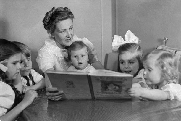 Magda Goebbels kuvattuna lastensa Helgan (vas.), Helmutin, Hilden ja Holden kanssa.