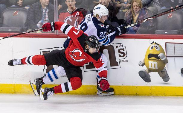 New Jersey Devilsin sentteri Pavel Zacha (37) ja Winnipeg Jetsin Patrik Laine (29) ovat kumpikin yhä ilman sopimusta.