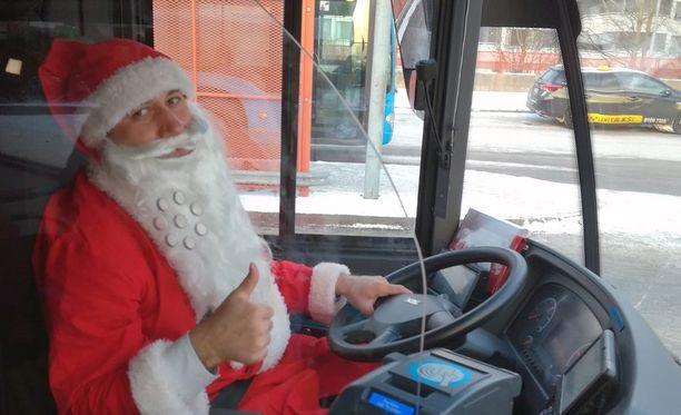 Bussia kuljettava joulupukki on ilahduttanut ihmisiä Helsingissä.