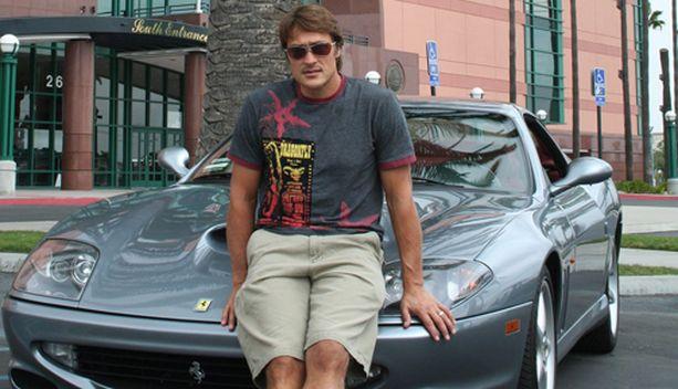 Teemu Selänne tunnettaan autoharrastuksestaan. Tässä hän nojailee Ferrariin.