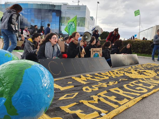 Aktivistit haluavat ilmasto-oikeutta, eli kaikkia ihmisiä ja alueita oikeudenmukaisesti kohtelevia päätöksiä.