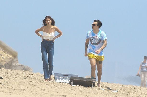 Kaia valitsi rantapäivää varten ylleen farkut, Styles edusti keltaisissa shortseissa.