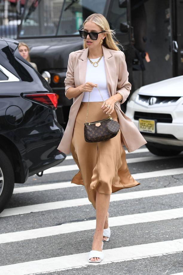 Leonie Hannen hienostunut look: slip-hame, t-paita ja bleiseri näyttävät ihanilta harmonisessa sävymaailmassa.